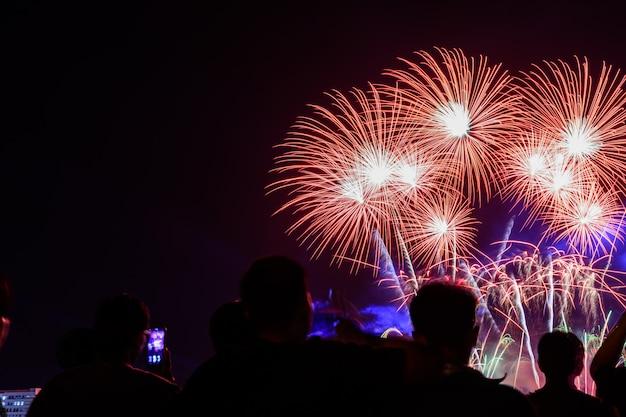 La foule regarde les feux d'artifice et célébrer la ville fondée. Photo Premium