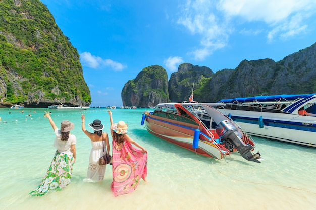 Des foules de visiteurs profitant d'un bain de soleil profitent d'une excursion d'une journée en bateau jusqu'à maya bay Photo Premium