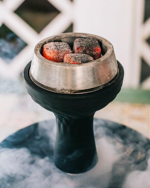 Four à chicha avec feu et vapeur. Photo gratuit