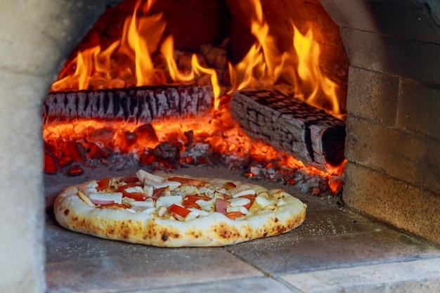 Four à pizza au feu de bois flamboyant Photo Premium