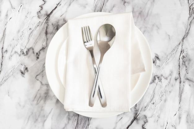 Fourchette, cuillère, serviette, plaque, marbre Photo Premium
