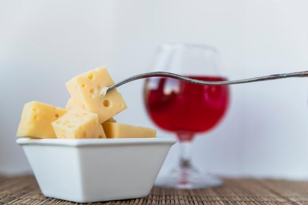 Fourchette, ensemble, fromage frais, dans, soucoupe, et, verre boisson Photo gratuit