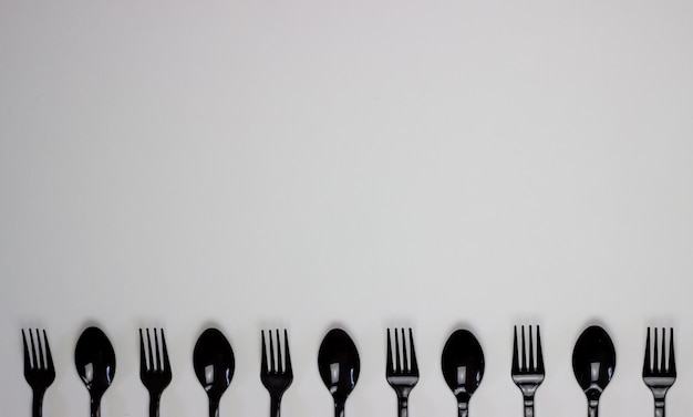 Fourchettes et cuillères sur fond blanc. concept minimal. sans plastique. Photo Premium