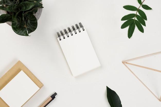 Fournitures de bureau épars et feuilles sur la table Photo gratuit