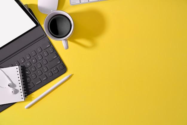 Fournitures de bureau et fournitures de bureau à plat Photo Premium