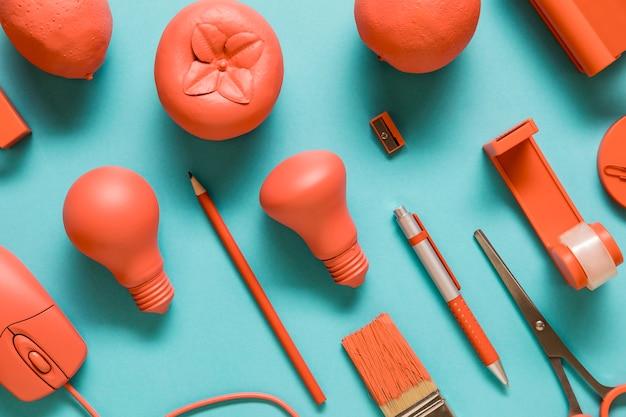 Fournitures de bureau et fruits de couleur rose Photo gratuit