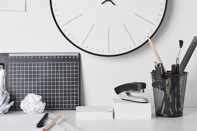 Fournitures De Bureau Et Horloge Murale Sur Blanc Photo Premium