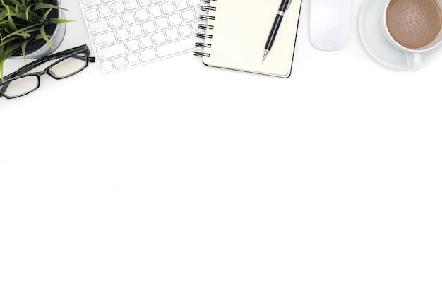 Fournitures de bureau avec ordinateur sur bureau blanc Photo gratuit