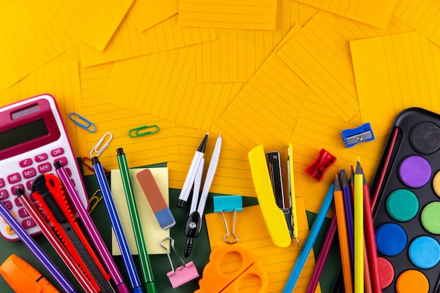 Fournitures de bureau scolaire sur papier orange Photo Premium