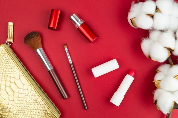 Fournitures De Maquillage Pour Femmes Sur La Table. Coton, Pinceaux Et Rouge à Lèvres Photo Premium