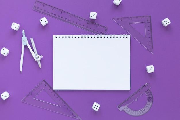 Fournitures De Règles Mathématiques Avec Dés Et Cahier Vide Photo gratuit