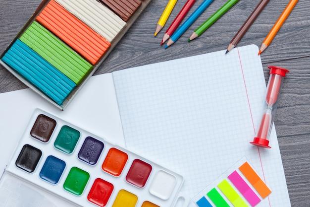 Fournitures scolaires et de bureau. retour au concept d'école. Photo Premium