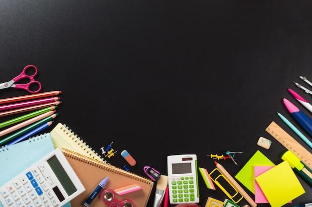 Fournitures scolaires et de bureau. vue de dessus arrière-plan avec fond Photo Premium