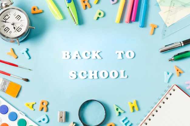 Des fournitures scolaires colorées encadrant la rentrée des classes Photo gratuit