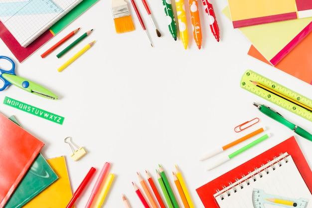 Fournitures scolaires colorées sur une surface plane Photo gratuit
