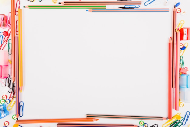 Fournitures scolaires colorées Photo gratuit