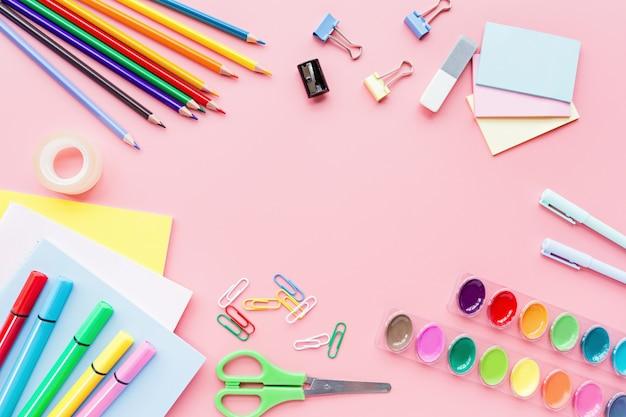 Fournitures scolaires, crayons de couleur, pinces, papier rose Photo Premium