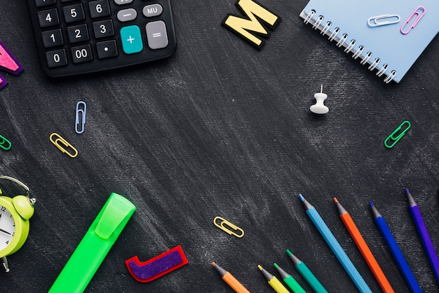 Fournitures scolaires dispersées comme cadre sur un tableau Photo gratuit