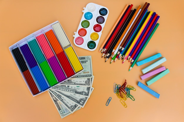 Fournitures scolaires et dollars, le concept est d'acheter des objets de papeterie. Photo Premium