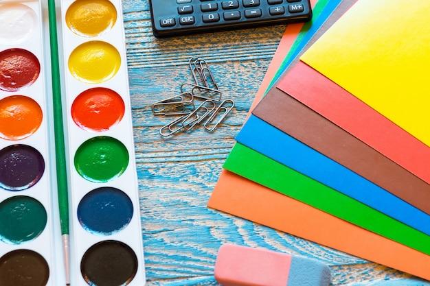 Fournitures scolaires sur fond bleu Photo Premium