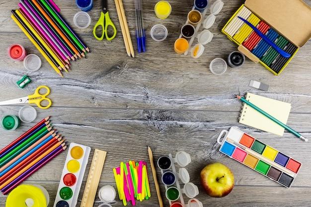 Fournitures scolaires sur fond gris Photo Premium