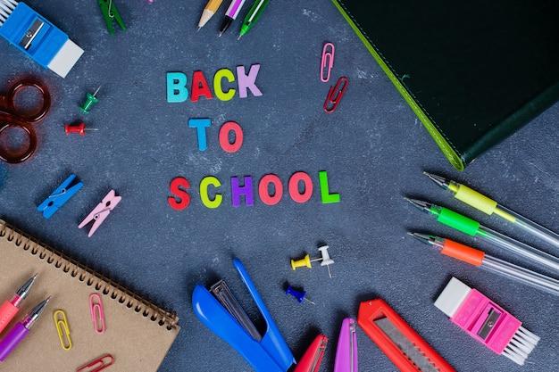 Fournitures scolaires sur fond de tableau prêt pour votre conception Photo Premium