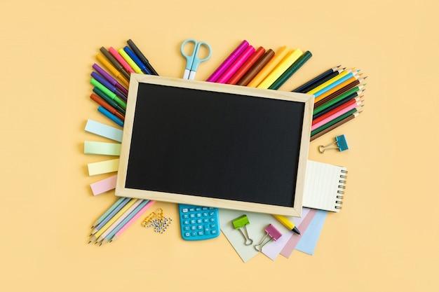 Fournitures scolaires, matériel de papeterie sur fond de couleur avec espace de copie, retour au concept de l'école Photo Premium