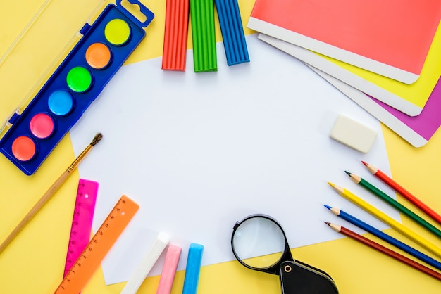 Fournitures scolaires avec un morceau de papier, vue de dessus Photo Premium