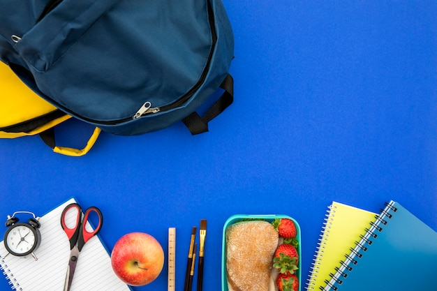 Fournitures scolaires avec sac et lunchbox Photo gratuit