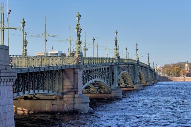 Fragment Du Pont De La Trinité Avec D'anciennes Lanternes Sur La Neva. Russie, Paysage Urbain De Saint-pétersbourg Photo Premium