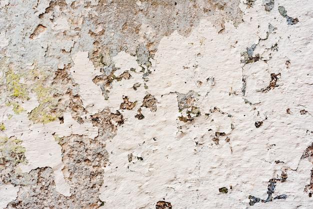 Fragment de mur avec des rayures et des fissures Photo Premium