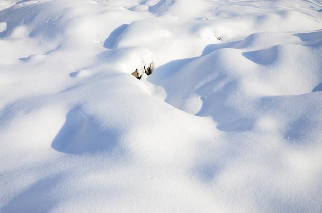 Fragment de la route recouvert d'une épaisse couche de neige Photo Premium