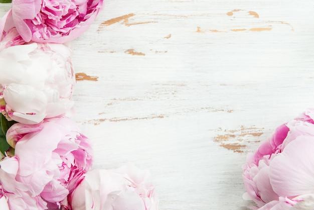 Frais Bouquet De Pivoines Roses Sur Fond En Bois Blanc Photo Premium