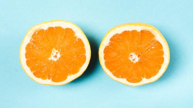 Frais orange en tranches sur fond clair Photo gratuit