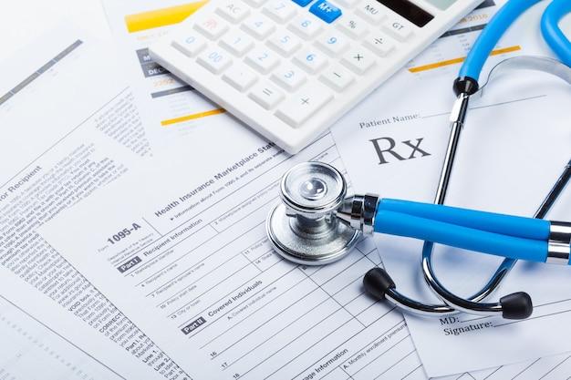 Frais de santé, stéthoscope et calculatrice Photo Premium