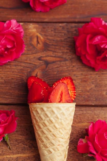 Fraise fraîche dans un cône de gaufres. concept de cuisine créative Photo Premium