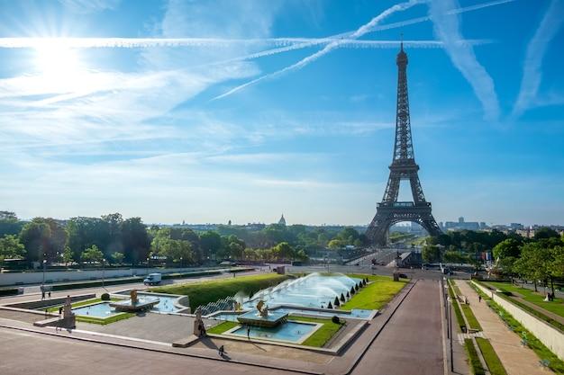 France. Paris. Journée. La Tour Eiffel Et Les Jardins Du Trocadéro. Ciel Bleu Et Nuages Photo Premium