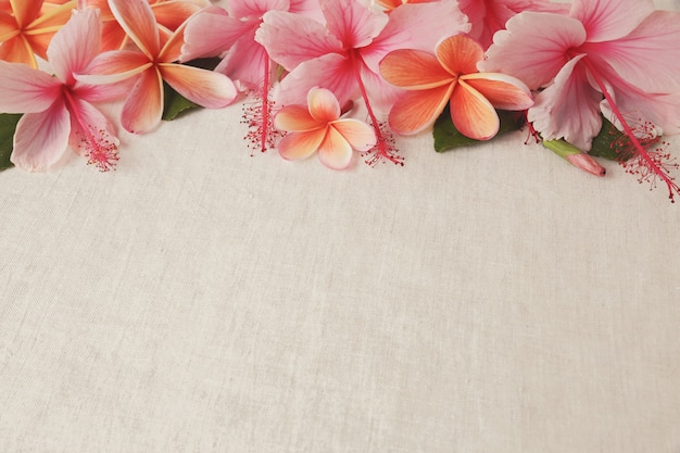 Frangipanier, Plumeria, Fleurs D'hibiscus Sur Lin Photo Premium