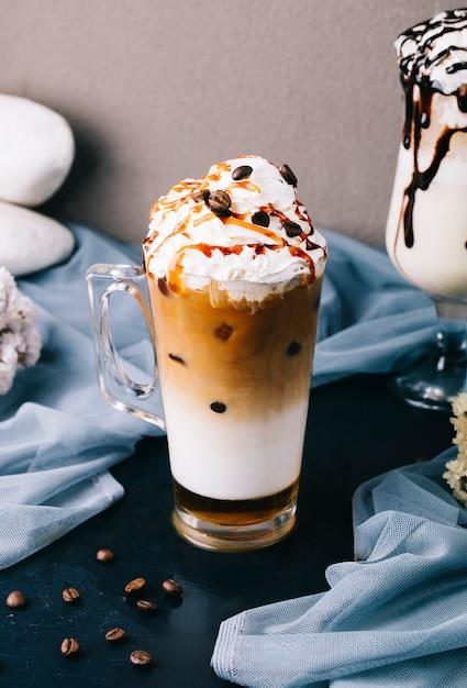 Frappuccino laiteux avec crème à fouetter et pépites de chocolat sur le dessus. Photo gratuit