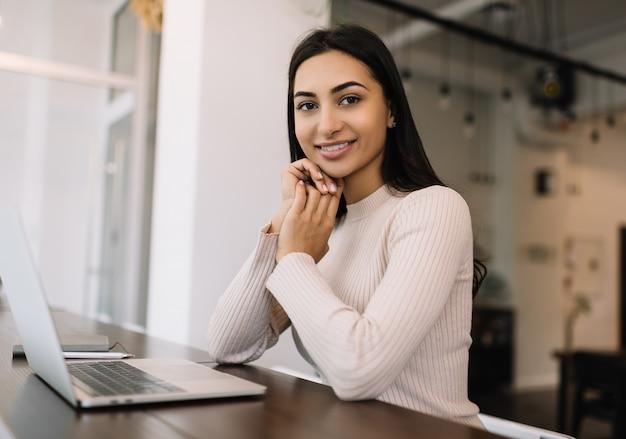Freelance Belle Femme Indienne à L'aide D'un Ordinateur Portable, Travail à Domicile. étudiant étudiant, Apprentissage à Distance, Concept D'éducation En Ligne Photo Premium