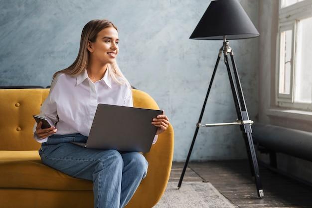 Freelance Réalisant Des Projets Depuis Chez Soi, Utilisant Des Appareils Connectés Et Un Accès Internet. Photo Premium
