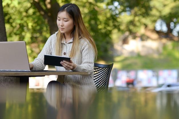 Freelance Travaillant à L'extérieur Photo gratuit