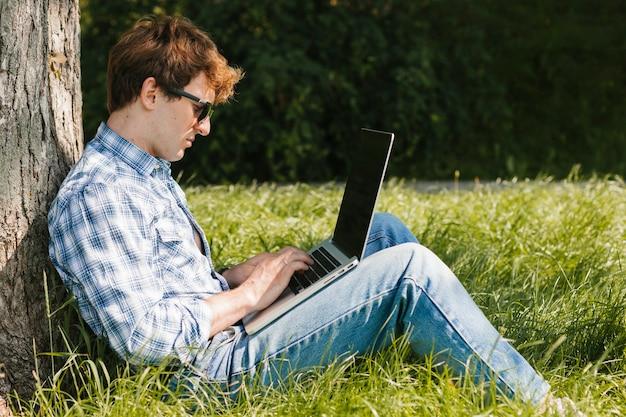 Freelancer dans le parc de travail Photo gratuit