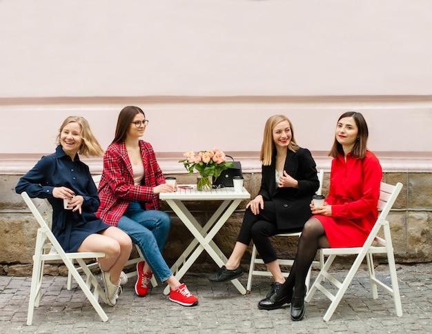 Freelancers filles qui travaillent dans la rue Photo Premium