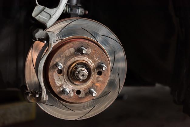 Frein à disque et plaquettes de frein en amiante au garage Photo Premium