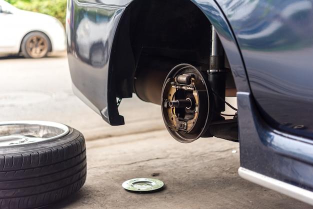 Frein à tambour et plaquettes de frein en amiante au garage Photo Premium