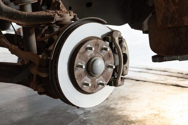 Freins à disque avant dans la voiture amovible pour changer les pneus Photo Premium