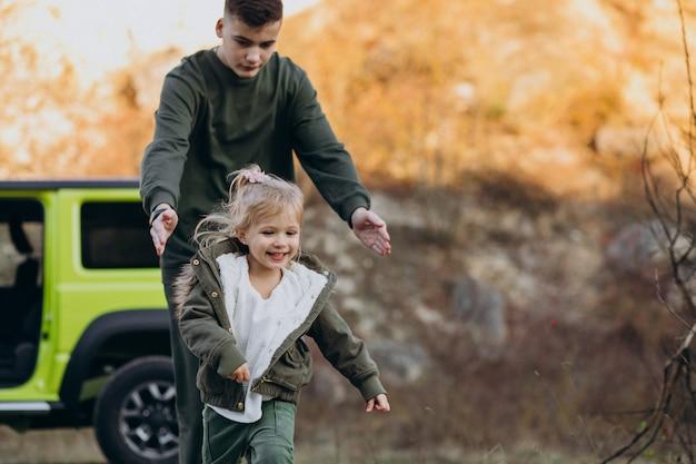 Frère avec petite soeur s'amuser en voiture Photo gratuit