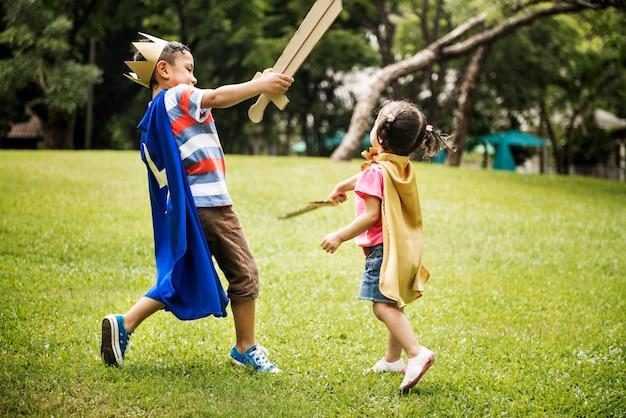 Frère et soeur jouant dans le parc Photo Premium