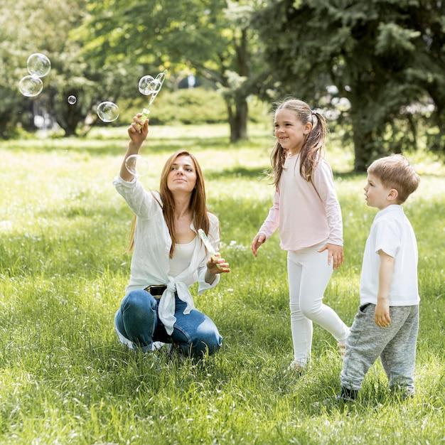 Frère Et Sœur Jouant Avec Leur Maman Photo gratuit